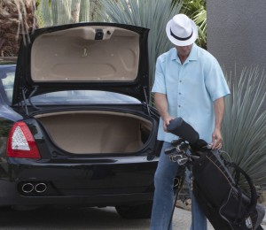 Shows man with golf clubs stolen from his car boot